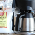 Descaling coffee machine with citric acid